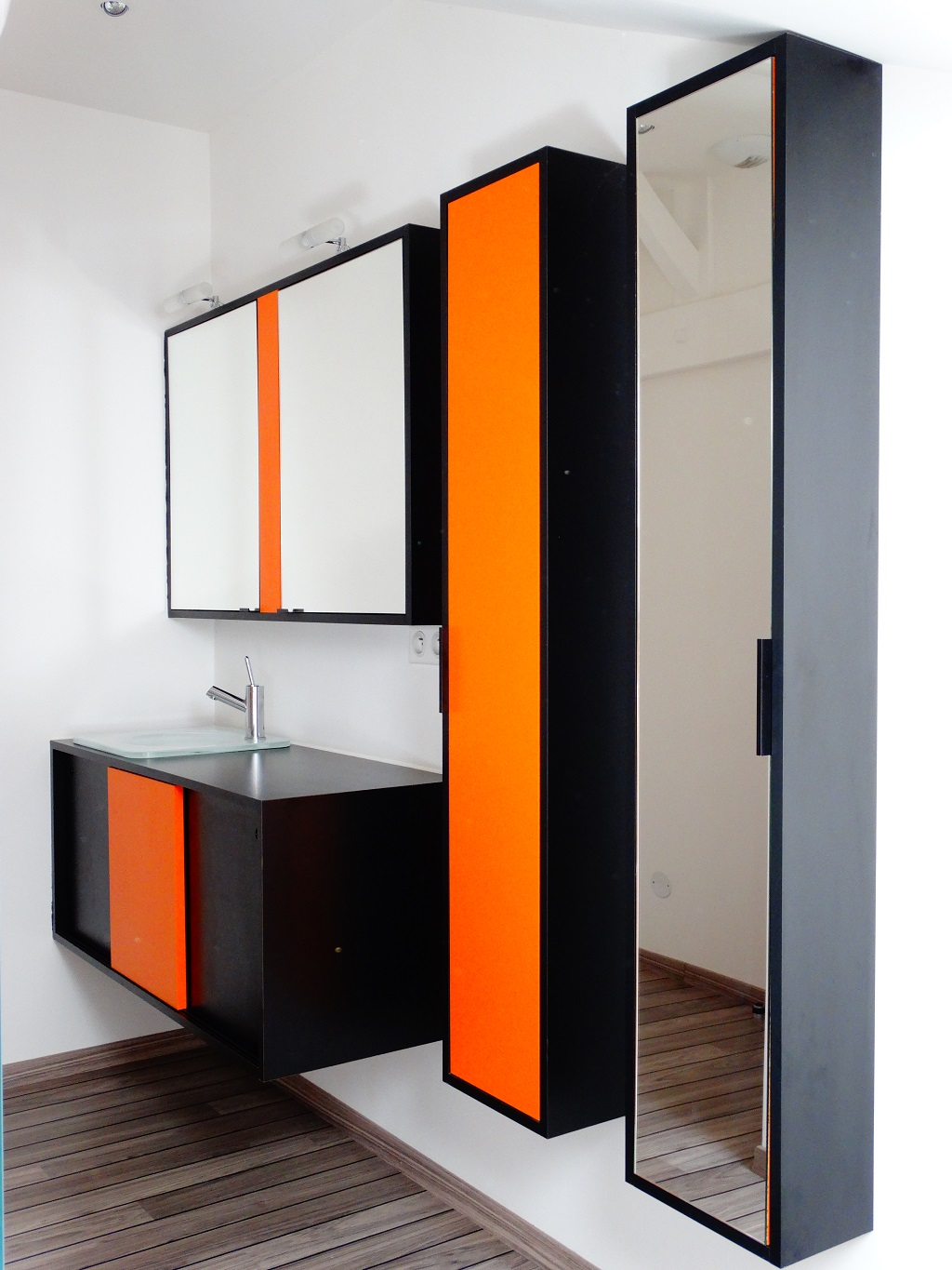 salle de bain orange et bois maison design. Black Bedroom Furniture Sets. Home Design Ideas