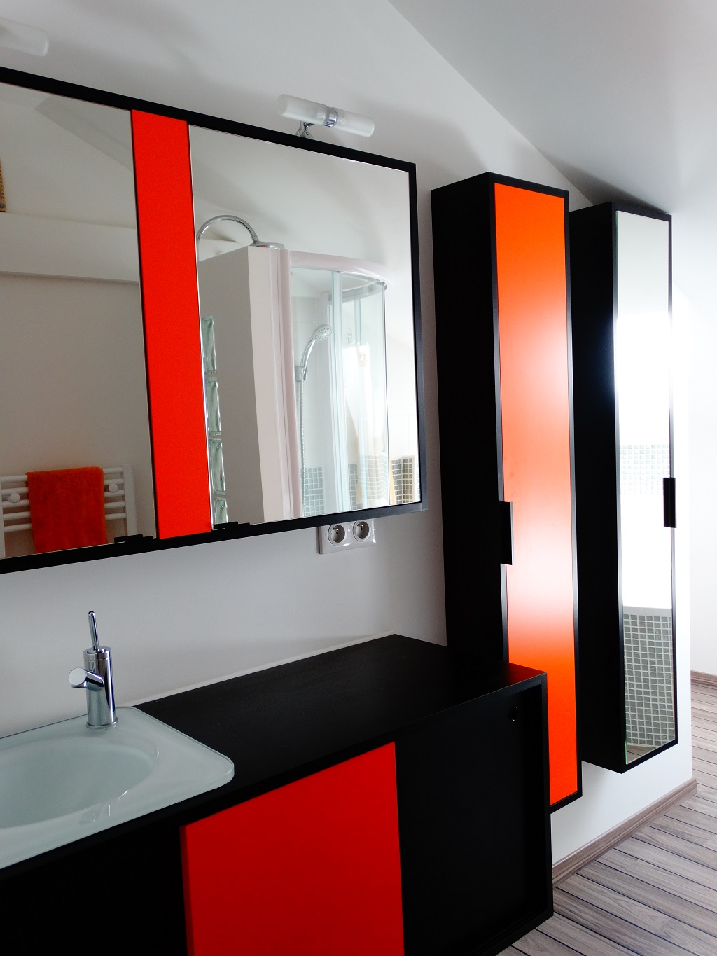 agencement salle de bains orange et noir par l 39 atelier 1053. Black Bedroom Furniture Sets. Home Design Ideas