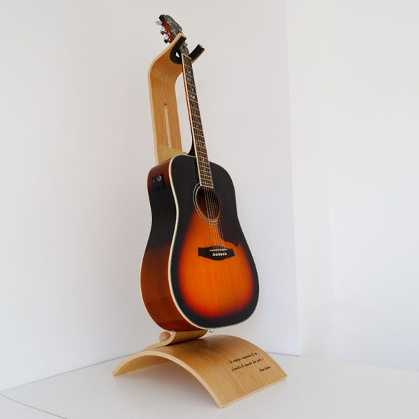SUPPORT GUITARE EN BOIS PERSONNALISE GRAVE 600x600 - Support guitare en bois ajustable