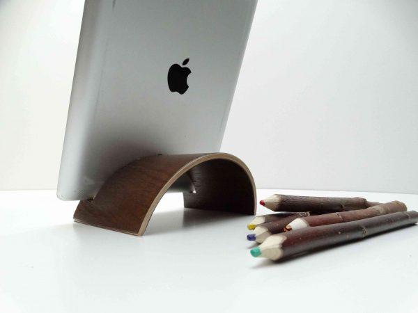 Support ipad chêne teinté