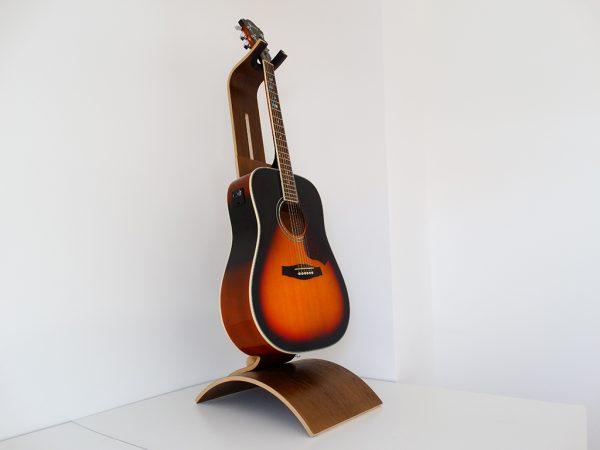 SUPPORT GUITARE EN BOIS CHENE TEINTE 5 600x450 - Support guitare en bois ajustable
