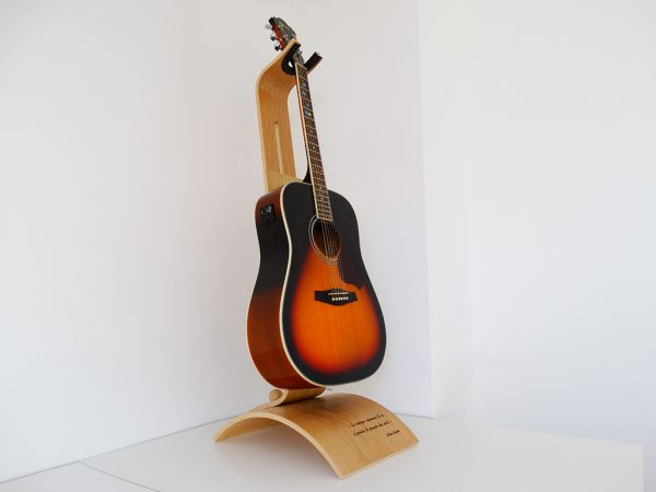 SUPPORT GUITARE EN BOIS PERSONNALISE GRAVE 600x450 - Support guitare en bois ajustable
