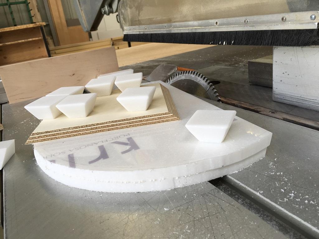 Fabrication poignées en Krion - Salle d'eau Acajou