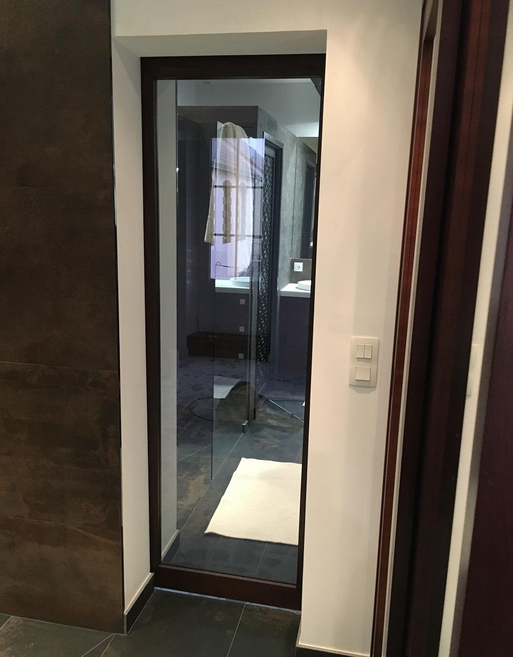 Porte coulissante à galandage avec miroir santin - Salle d'eau Acajou