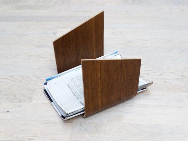 SUPPORT MAGAZINE EN BOIS CINTRE V2 CHENE TEINTE 600x450 - Porte revue en bois cintré
