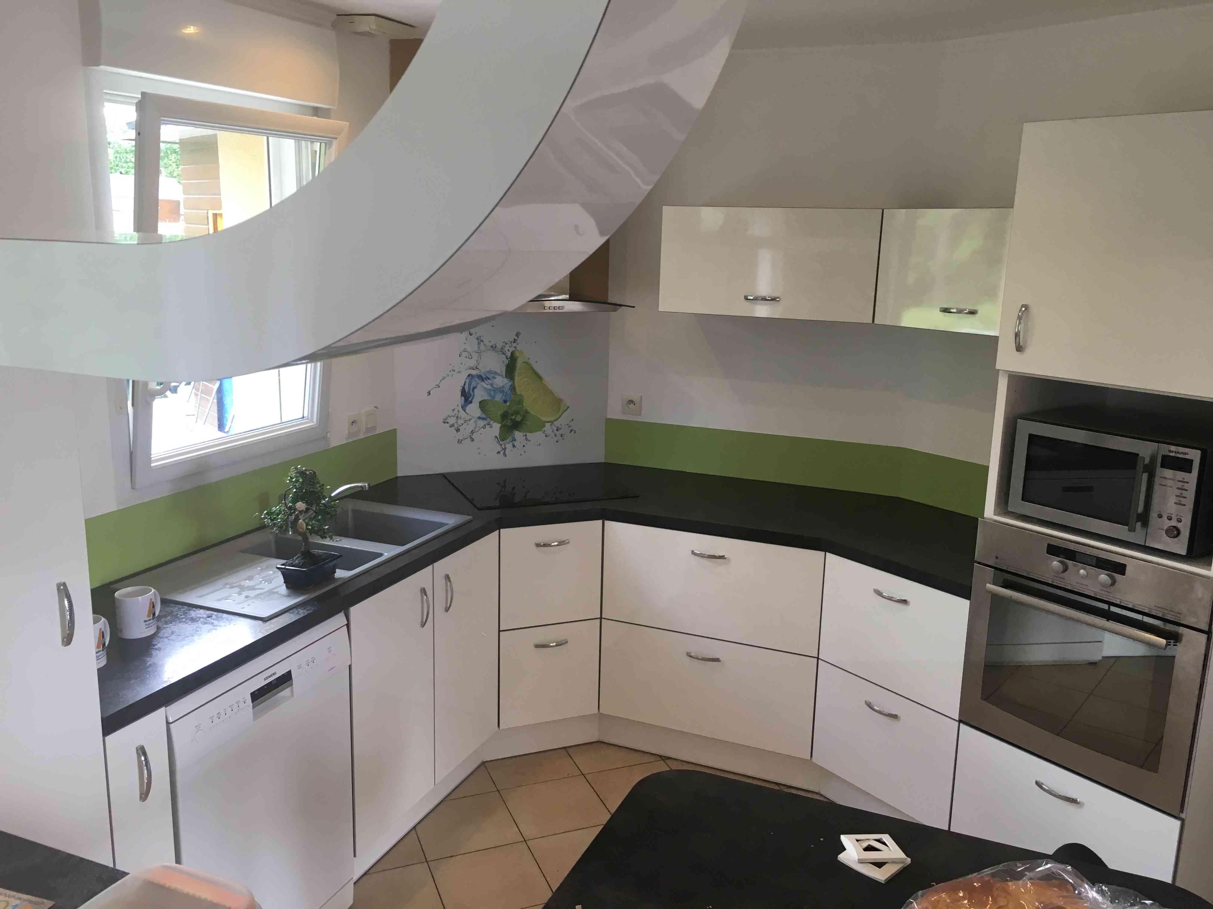 IMG 5675 - Cuisine blanche crédence verte avec décor Morito et décoration aérienne