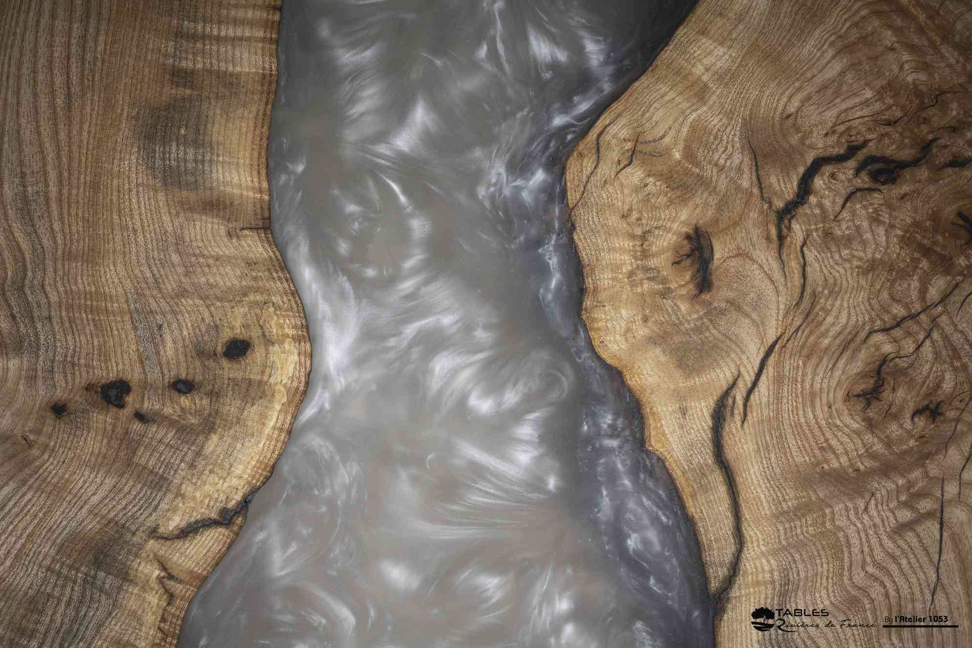 rivière grise sur table basse bois