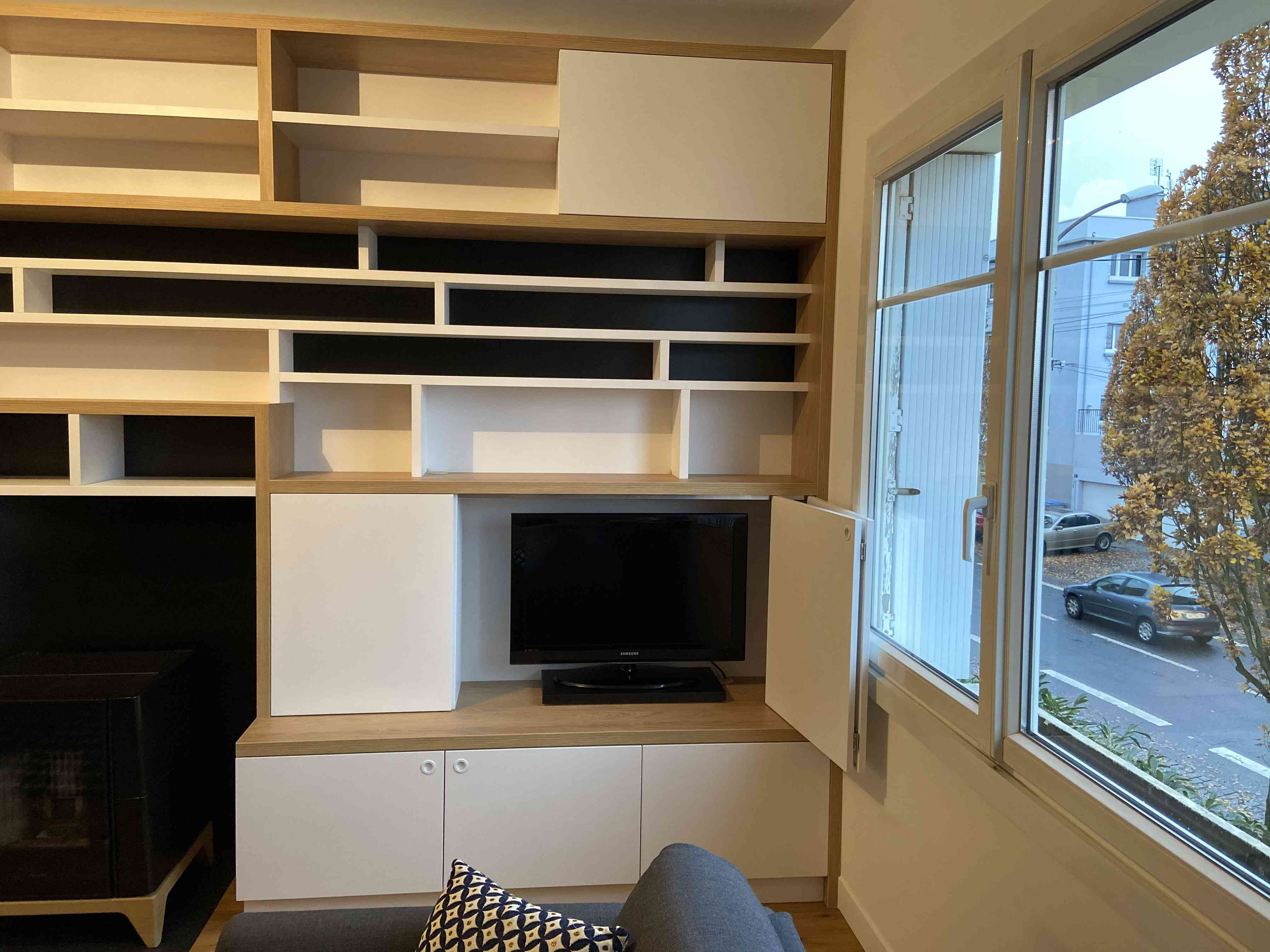 1 Bibliothèque sur mesure salon bois blanc noir 2 - Bibliothèque sur mesure salon bois blanc noir