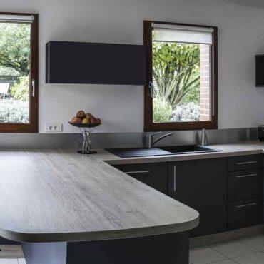 1 CUisine chêne gris anthracite inox 370x370 - Cuisine Gris Graphite et plans de travail bois