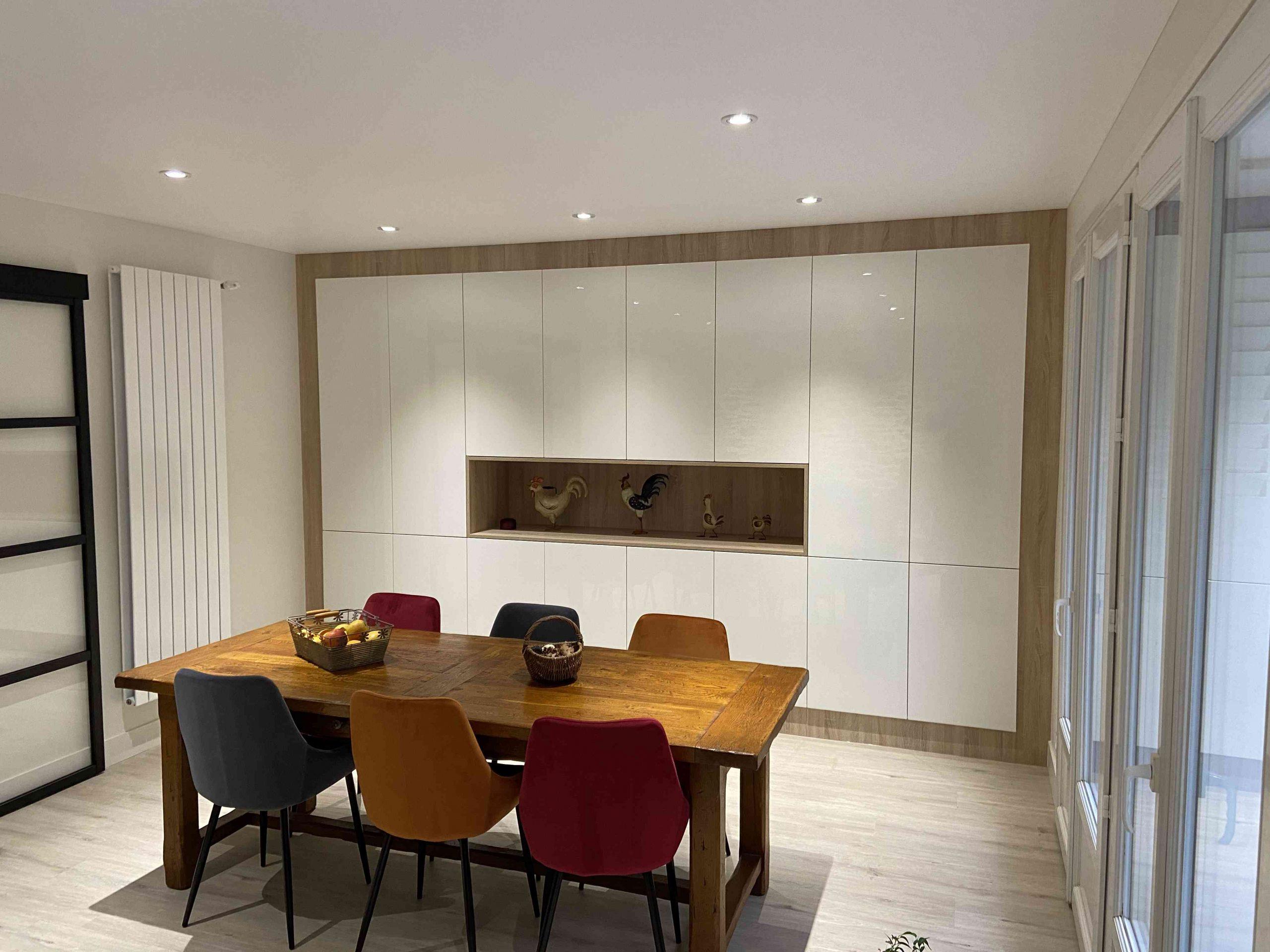 3 Meuble salle de réception sur mesure blanc brillant bois 3 scaled - Meuble salle de réception sur mesure blanc bois