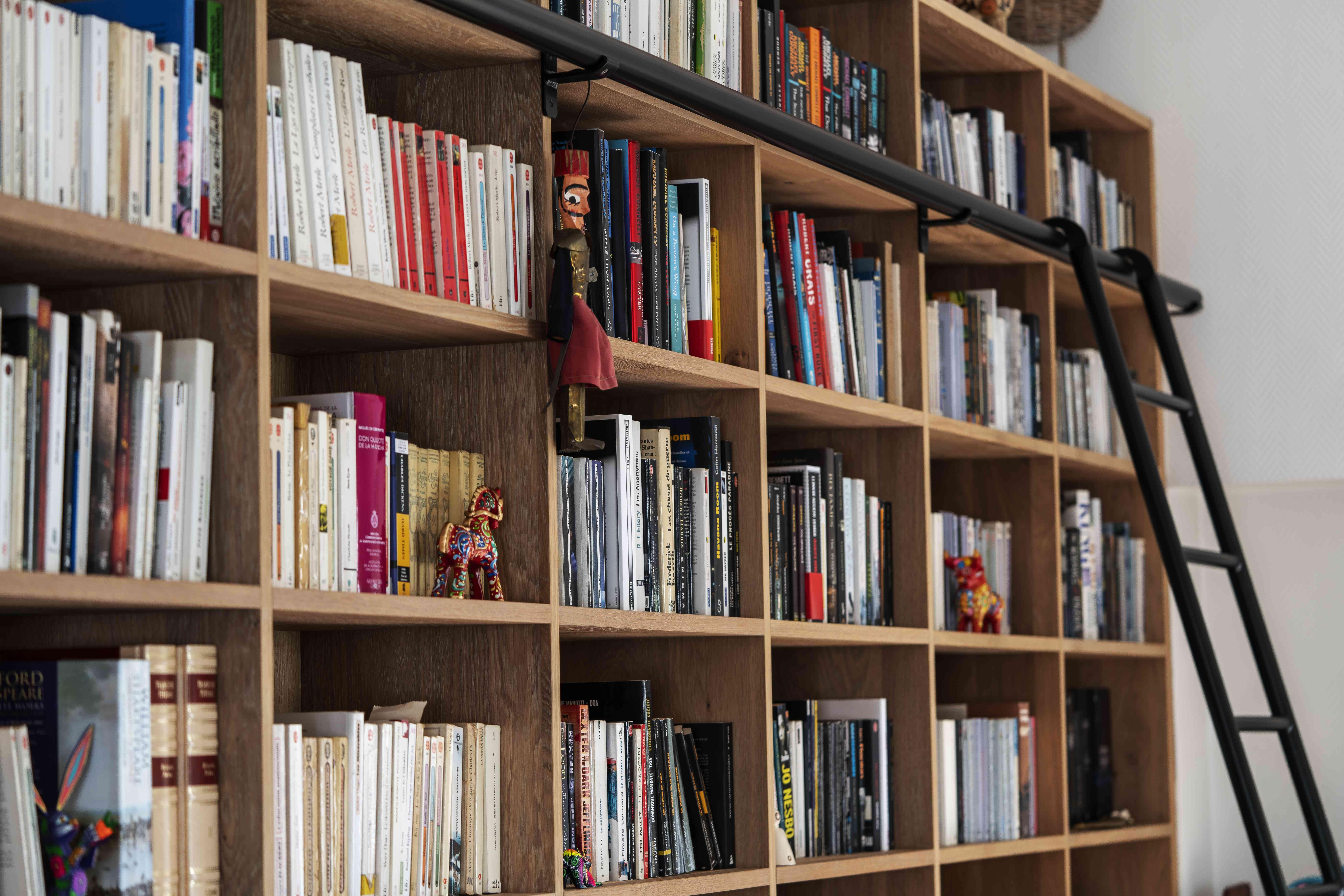4 Bibliothèque sur mesure chêne brossé avec échelle métallique sur rail 7 - Bibliothèque sur mesure chêne brossé avec échelle métallique sur rail