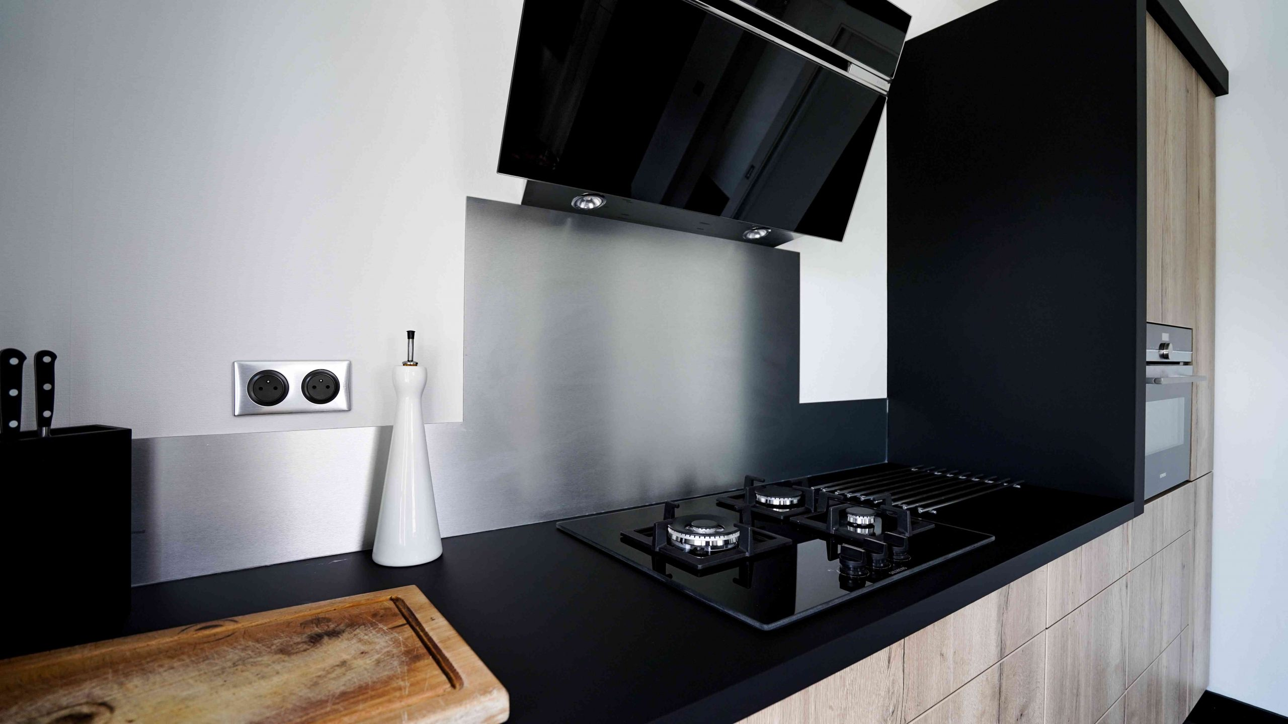 RDI01256 scaled - Cuisine noir et chêne avec table de repas arrondie