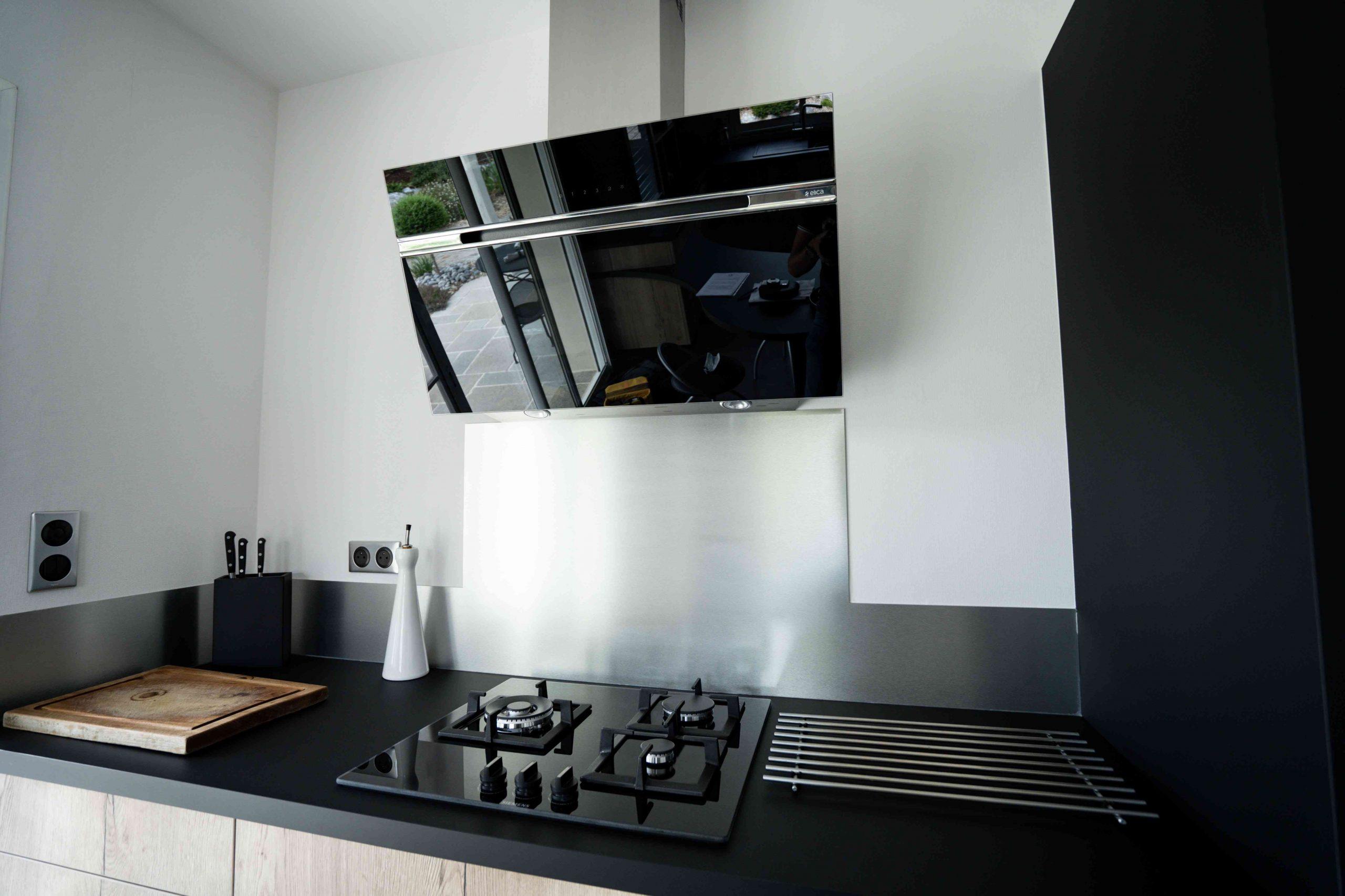 RDI01263 scaled - Cuisine noir et chêne avec table de repas arrondie