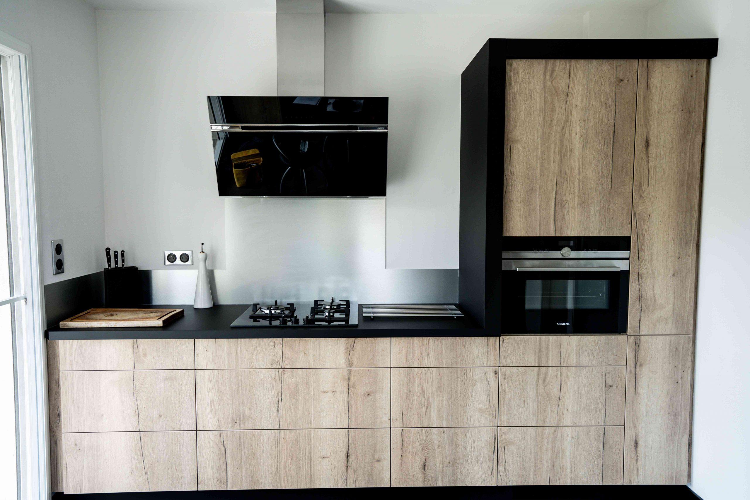RDI01264 scaled - Cuisine noir et chêne avec table de repas arrondie