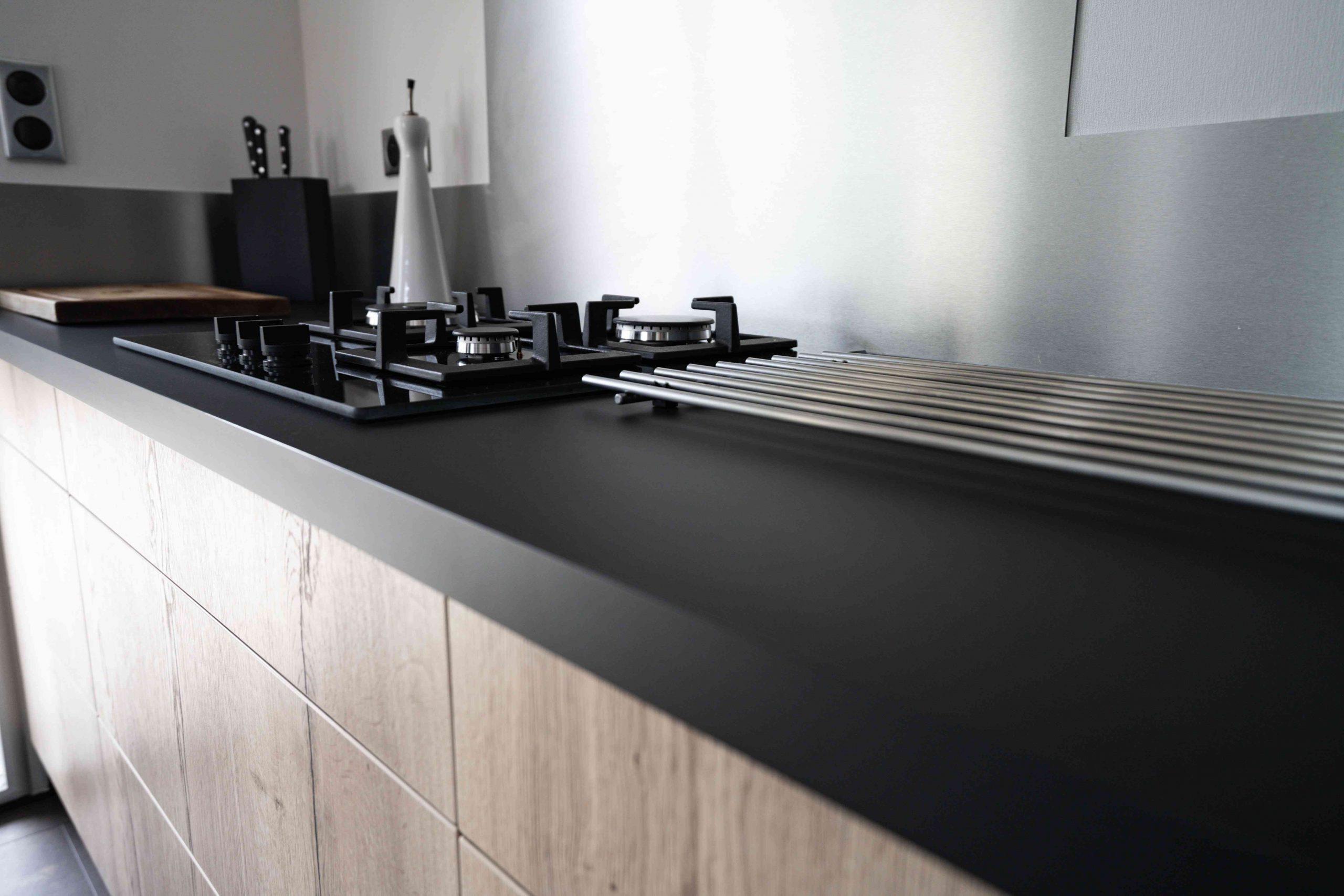 RDI01265 scaled - Cuisine noir et chêne avec table de repas arrondie