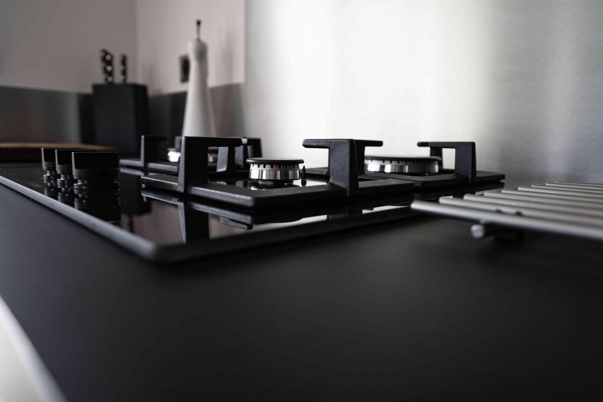RDI01266 scaled - Cuisine noir et chêne avec table de repas arrondie