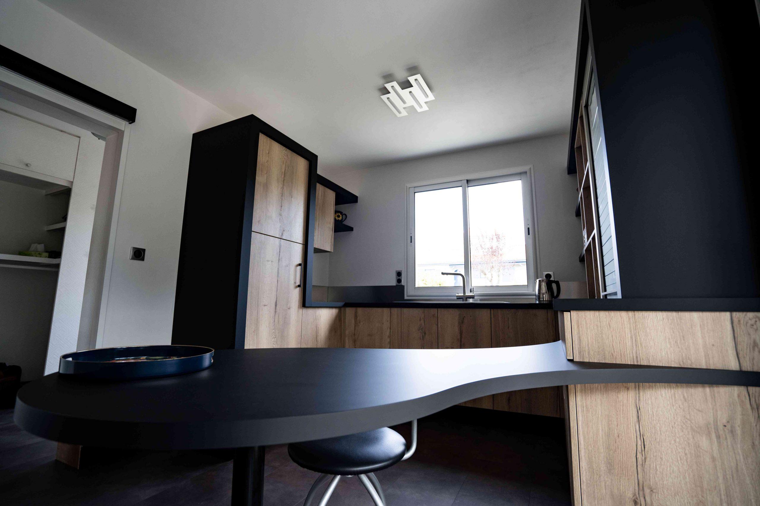 RDI01275 scaled - Cuisine noir et chêne avec table de repas arrondie