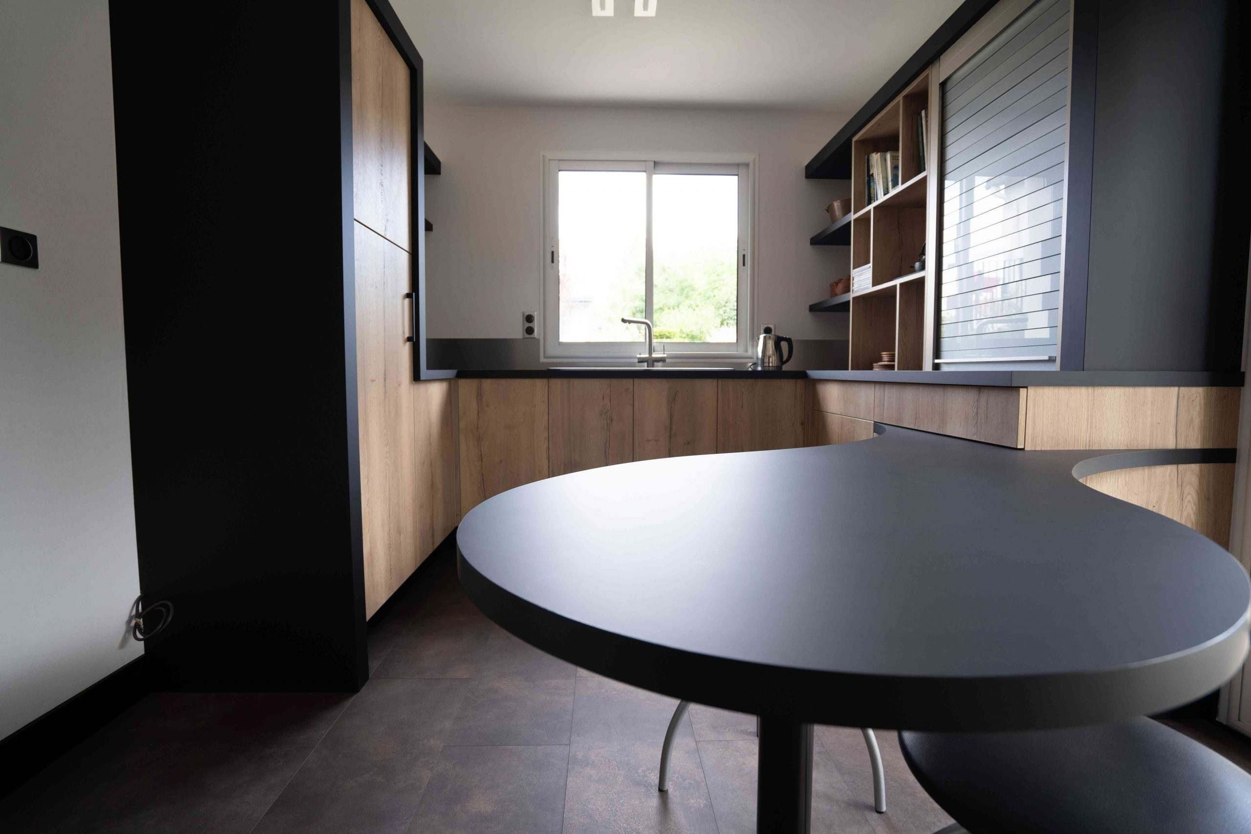 RDI01278 scaled - Cuisine noir et chêne avec table de repas arrondie