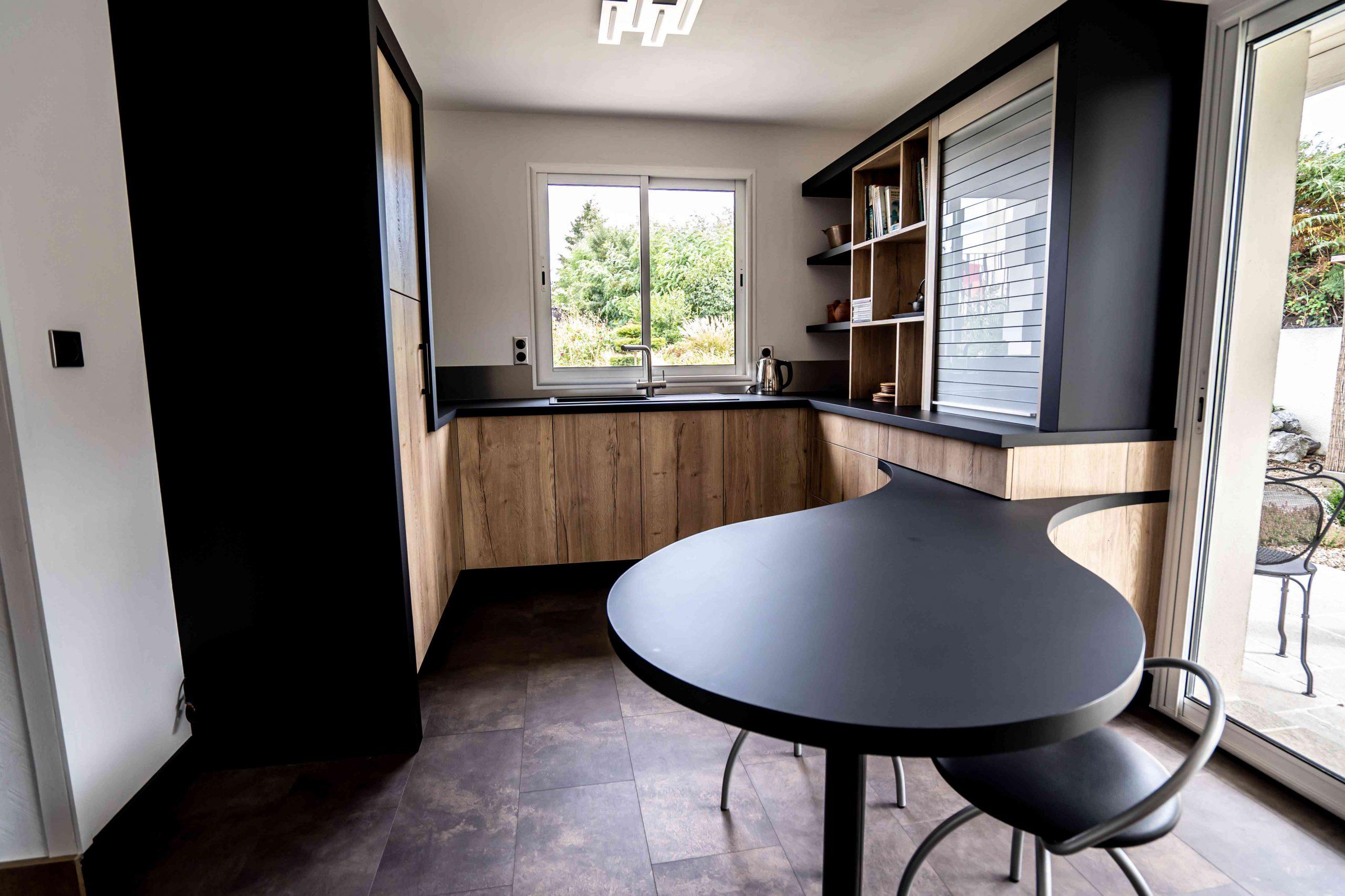 RDI01280 scaled - Cuisine noir et chêne avec table de repas arrondie