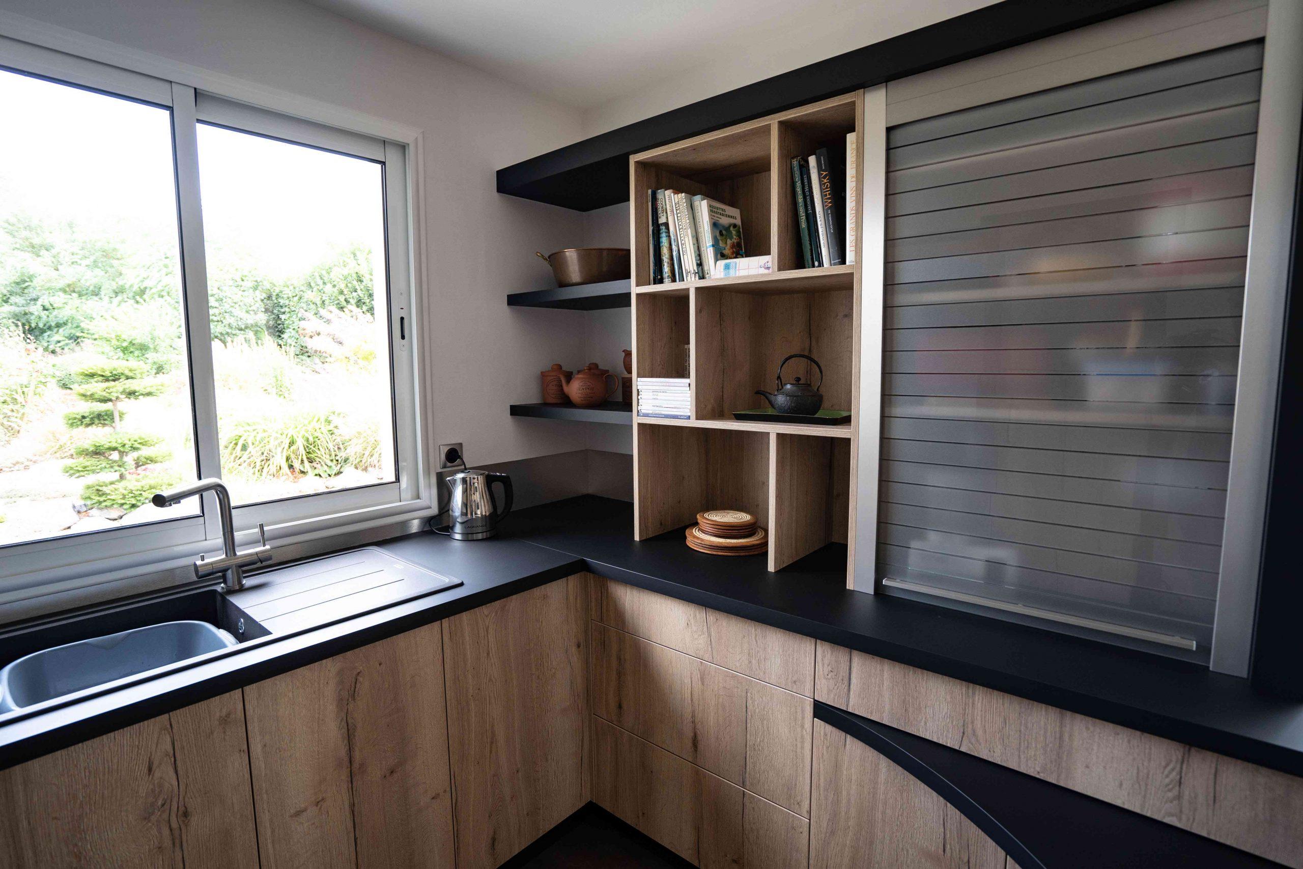 RDI01281 scaled - Cuisine noir et chêne avec table de repas arrondie