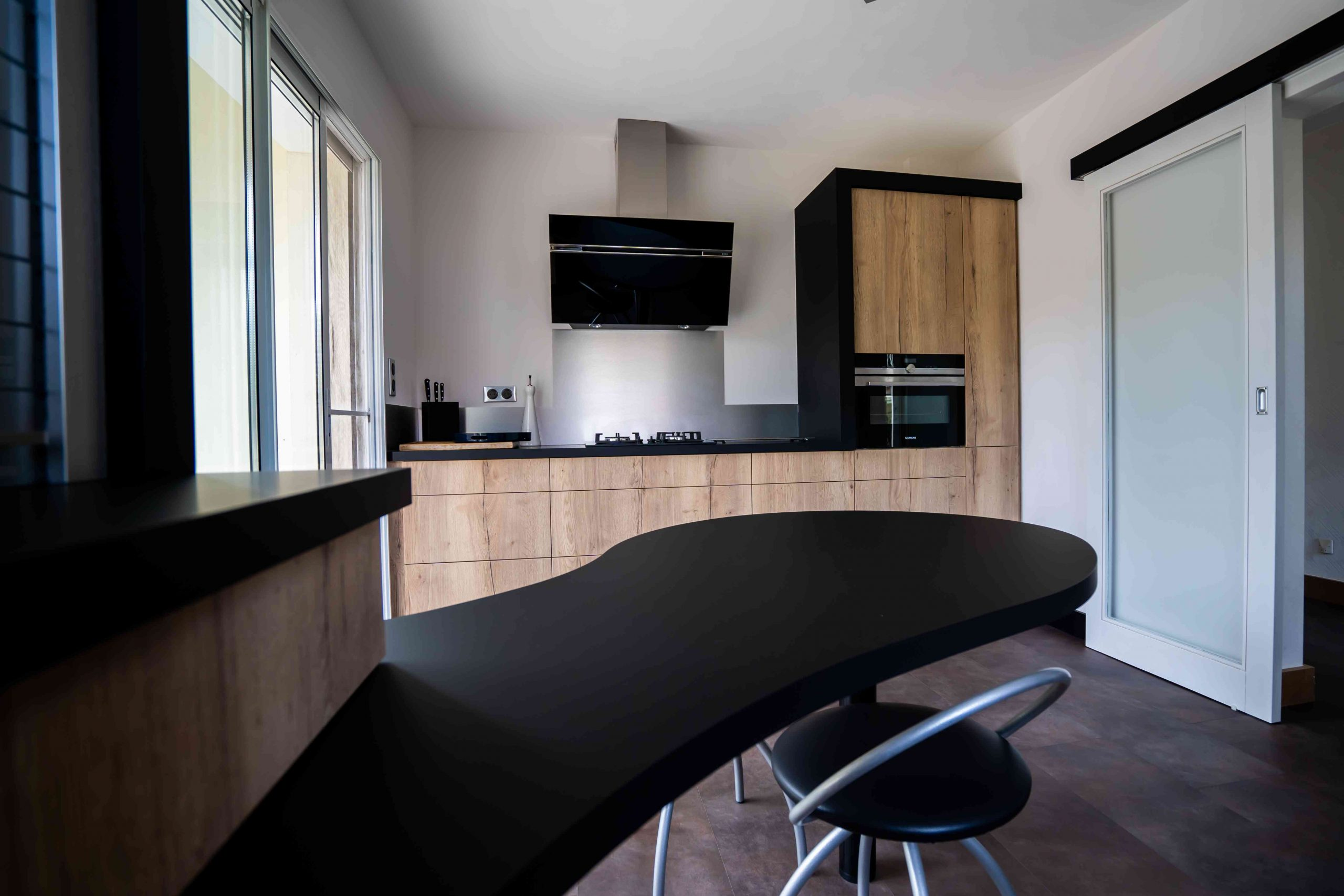 RDI01282 scaled - Cuisine noir et chêne avec table de repas arrondie