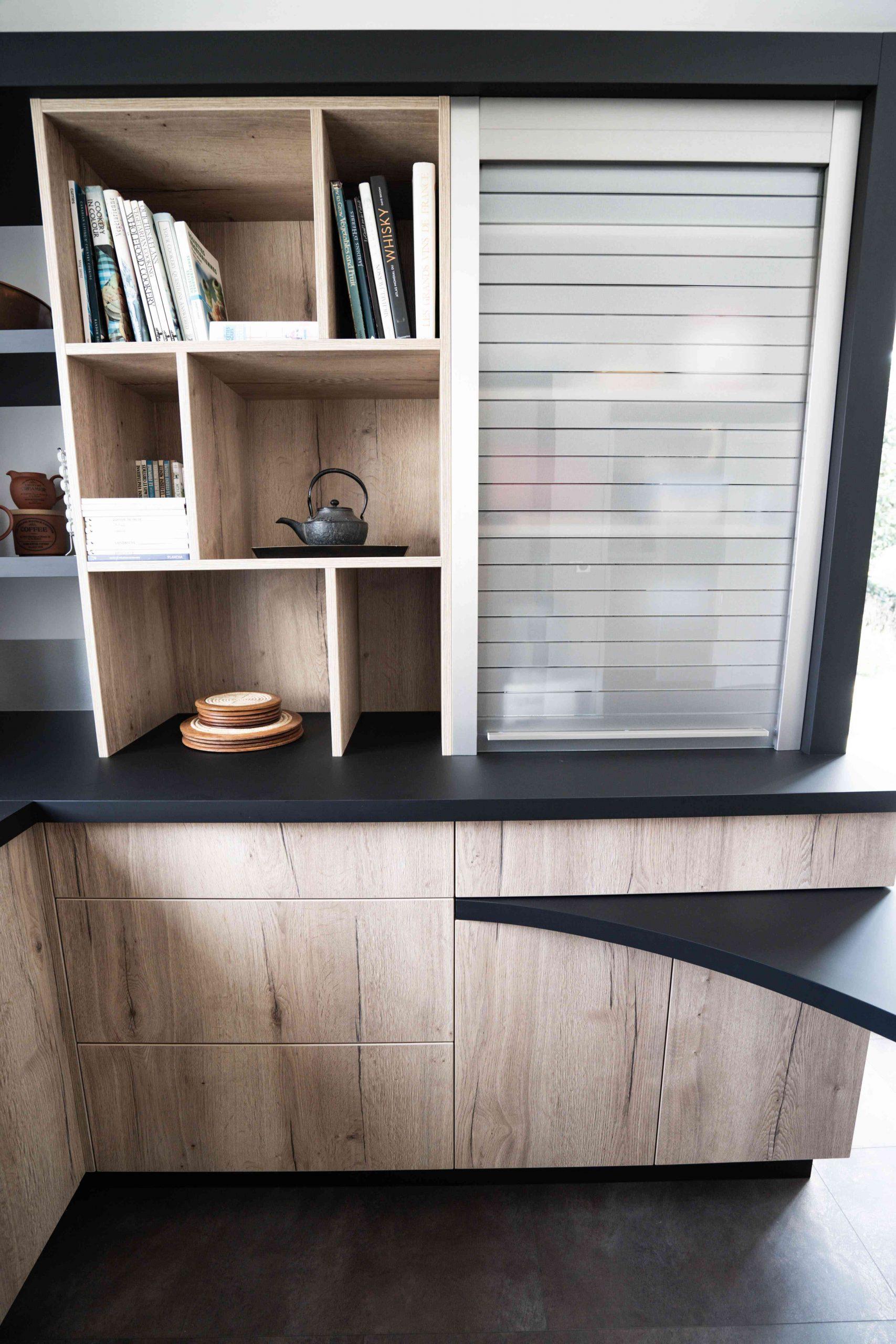RDI01289 scaled - Cuisine noir et chêne avec table de repas arrondie