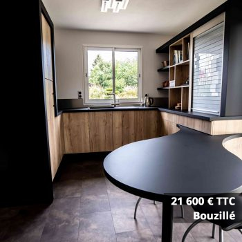 21600 Bouzillé - Cuisine bleu pétrole et plan de travail décors bois