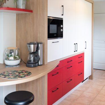 105 370x370 - Cuisine rouge et blanc cassé avec plan de travail décors bois