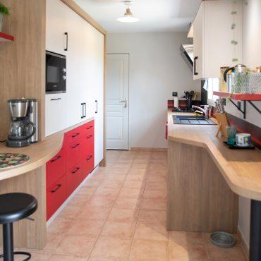 106 370x370 - Cuisine rouge et blanc cassé avec plan de travail décors bois