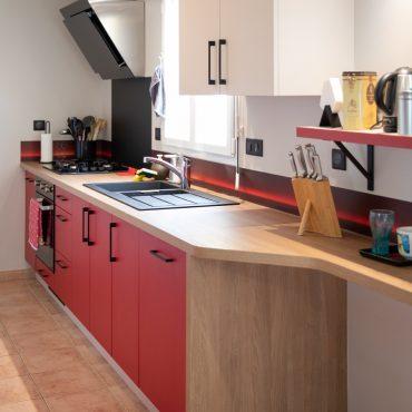 107 370x370 - Cuisine rouge et blanc cassé avec plan de travail décors bois