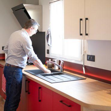 108 370x370 - Cuisine rouge et blanc cassé avec plan de travail décors bois