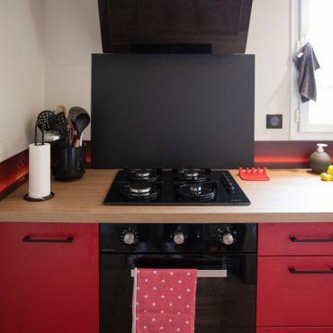 109 370x370 - Cuisine rouge et blanc cassé avec plan de travail décors bois
