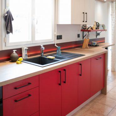 110 370x370 - Cuisine rouge et blanc cassé avec plan de travail décors bois