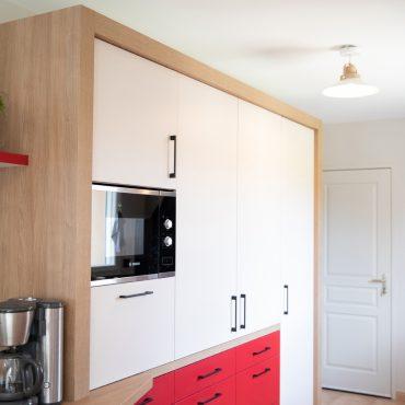 111 370x370 - Cuisine rouge et blanc cassé avec plan de travail décors bois