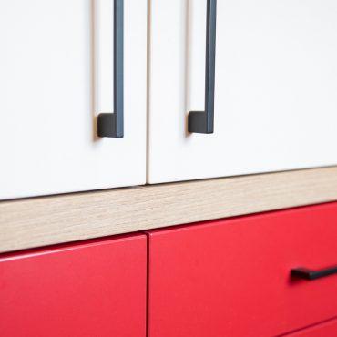 112 370x370 - Cuisine rouge et blanc cassé avec plan de travail décors bois