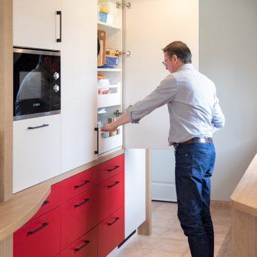 114 370x370 - Cuisine rouge et blanc cassé avec plan de travail décors bois