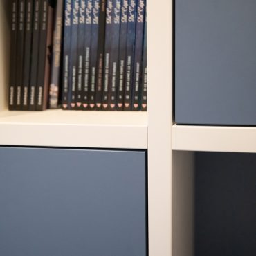 144 370x370 - Lit escamotable avec aménagement bibliothèque et coin bureau