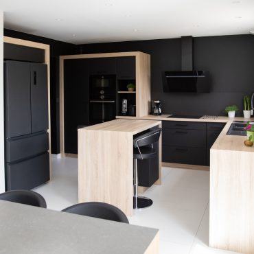 184 370x370 - Cuisine noir mat et plan de travail décors bois