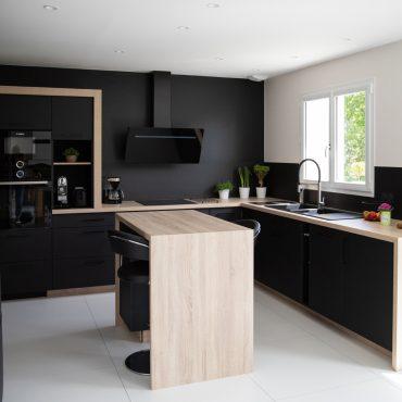 186 370x370 - Cuisine noir mat et plan de travail décors bois