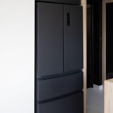 187 370x370 - Cuisine noir mat et plan de travail décors bois