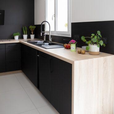 188 370x370 - Cuisine noir mat et plan de travail décors bois