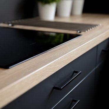 191 370x370 - Cuisine noir mat et plan de travail décors bois