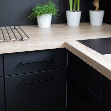 192 370x370 - Cuisine noir mat et plan de travail décors bois
