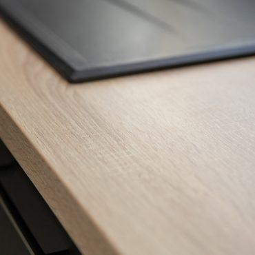 193 370x370 - Cuisine noir mat et plan de travail décors bois