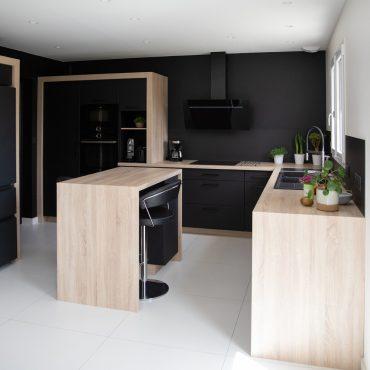 194 370x370 - Cuisine noir mat et plan de travail décors bois
