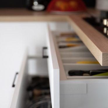 53 370x370 - Cuisine blanc et plan de travail bois