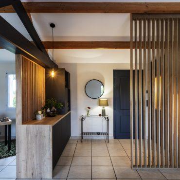 ATELIER 1053 CHANTIER 2 1 VU RS 370x370 - Aménagement espace d'entrée dressing avec rangement et claustra bois de séparation