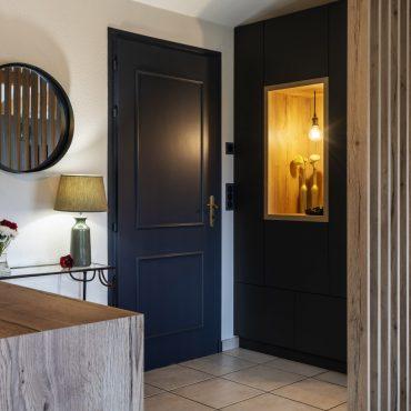 ATELIER 1053 CHANTIER 2 2 370x370 - Aménagement espace d'entrée dressing avec rangement et claustra bois de séparation