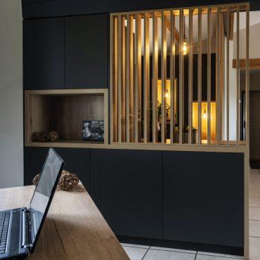 ATELIER 1053 CHANTIER 2 3 370x370 - Aménagement espace d'entrée dressing avec rangement et claustra bois de séparation