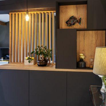 ATELIER 1053 CHANTIER 2 6 370x370 - Aménagement espace d'entrée dressing avec rangement et claustra bois de séparation